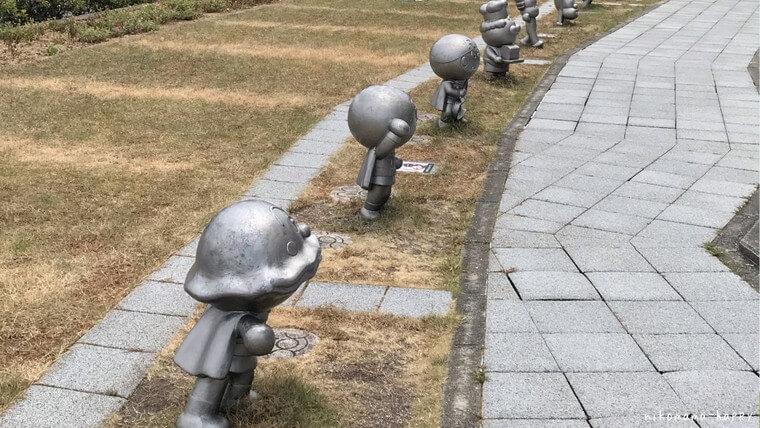 香美市やなせたかし記念館、キャラクターの銅像