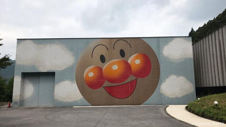 アンパンマンの絵が描かれた倉庫
